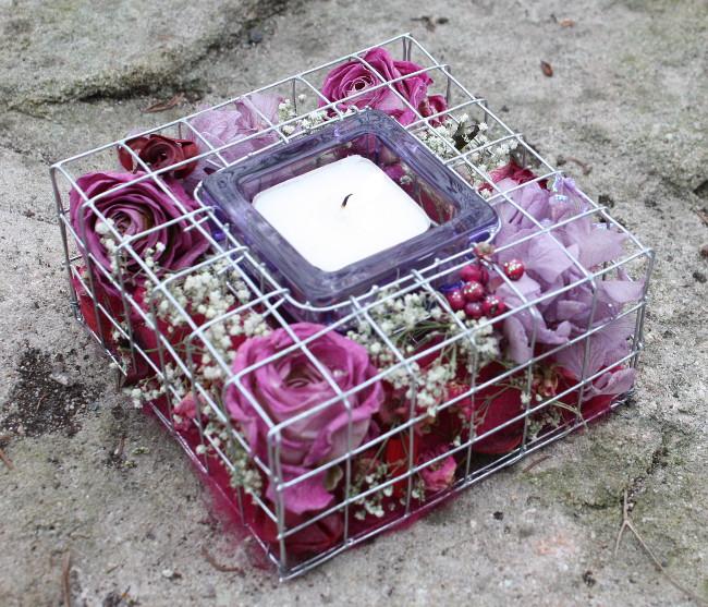Herbstliches Gitterkästchen mit Rosen undSchleierkraut