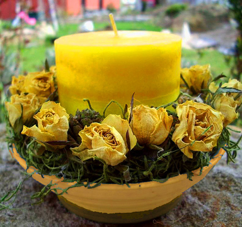 Gelbe Rosenschale mitKerzen