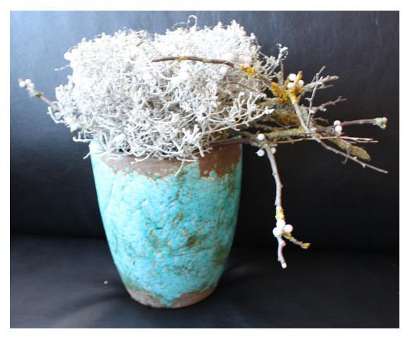 Ikebana in Rakugefäß mit Silberdrahtpflanze