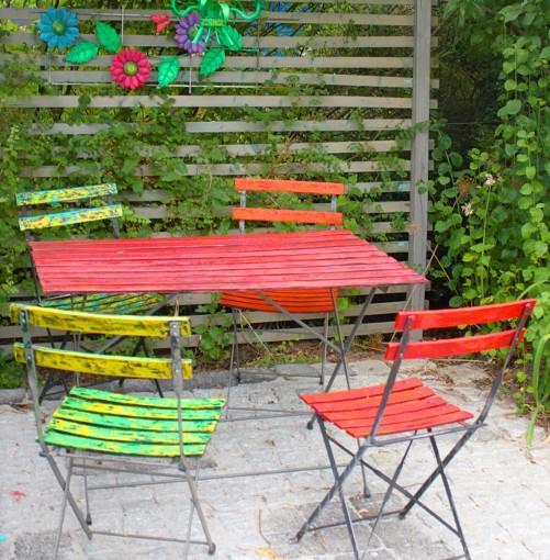 Farbenfrohe Gartenmöbel undDekorationen