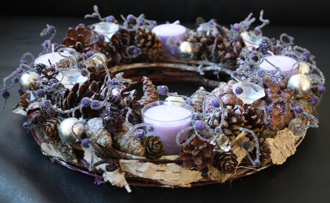 Festlicher lila Kranz