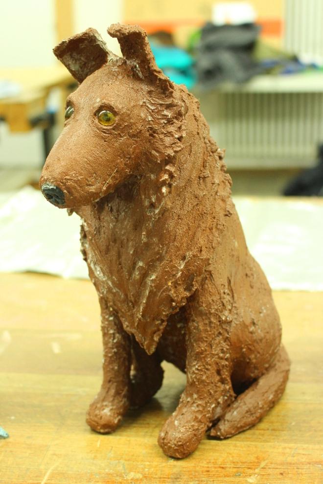 Das Tier sieht dem Hund der Besitzerin sehr ähnlich, mal abgesehen von dem Rost