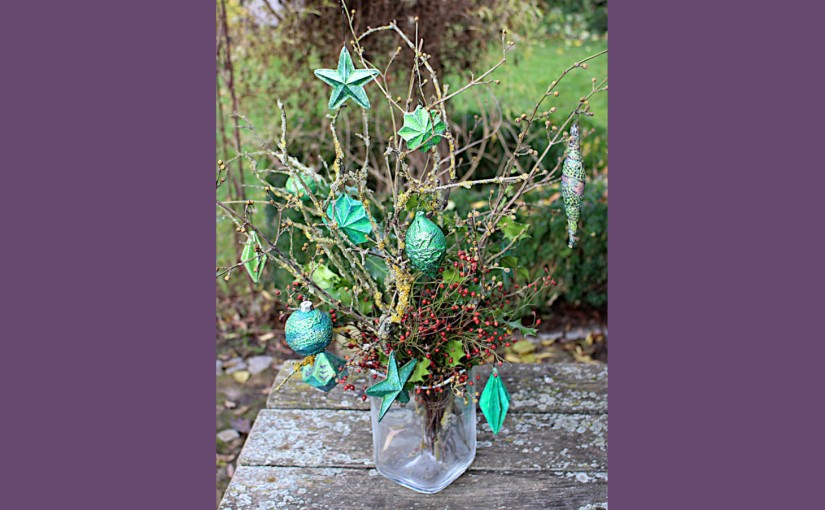 Strauß mit gruenen DIY-Sterne und Christbaumkugeln
