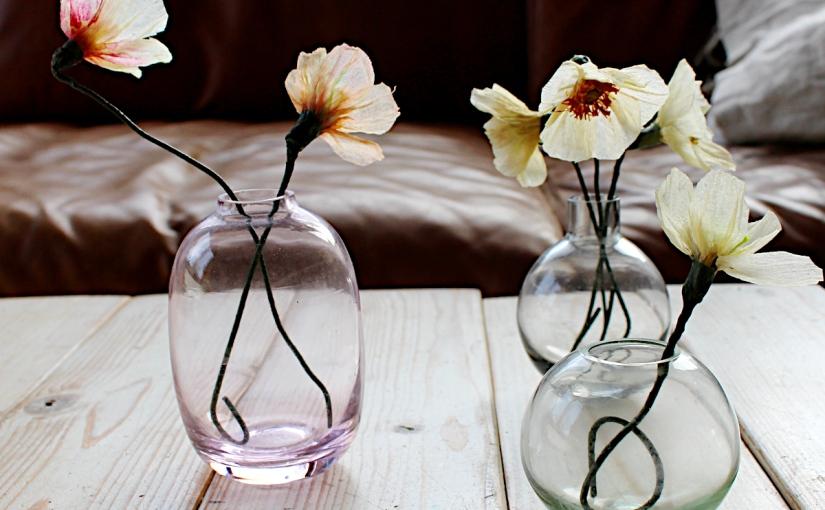 Zarte Wax-Paperflowers inGlasväschen
